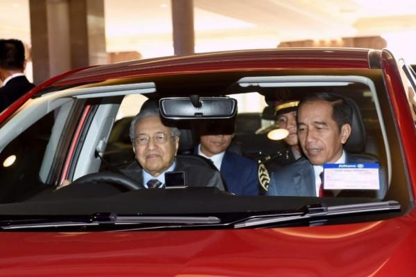 [FOTO] Kala Jokowi Naik Mobil Proton yang Dikemudikan Mahathir