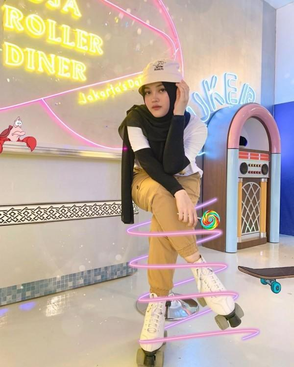 7 Gaya Busana Sporty Putri Delina, Adik Rizky Febian