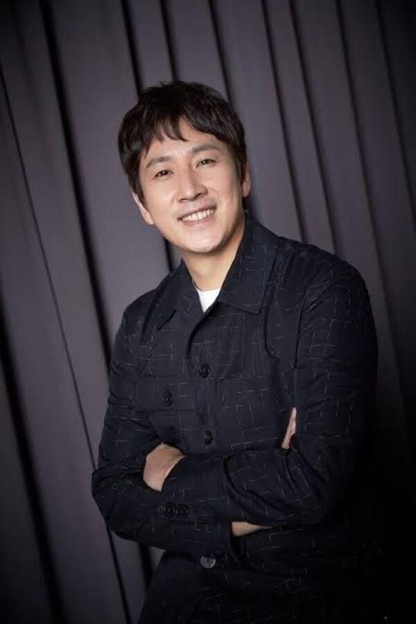 Comeback, 10 Potret Lee Sun Kyun yang Kian Memesona di Usia 40 Tahun