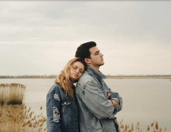 5 Alasan Cowok Introvert Bisa Jadi Pacar yang Bisa Diandalkan