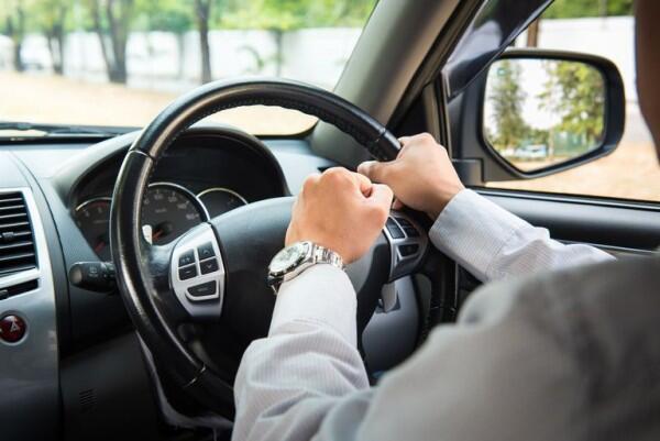 5 Cara Menghadapi Pengendara yang Melintas Pelan di Tengah Jalan
