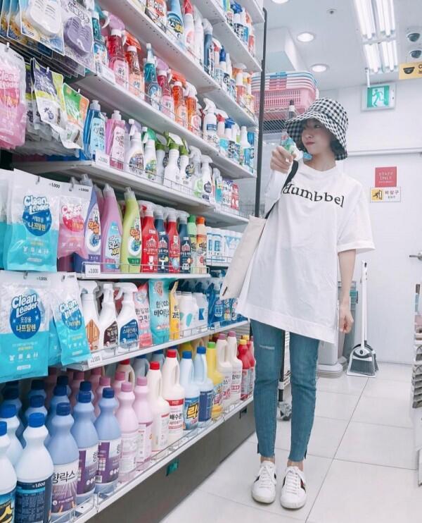 9 Gaya OOTD Sepatu Putih ala Sunny Dahye yang Keren Abis