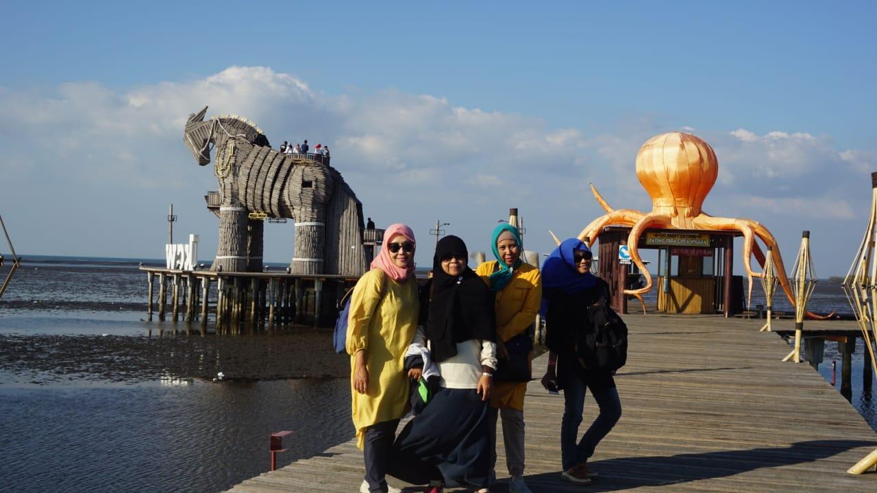 Wisata yuk! Menikmati Matahari Terbenam di Bee Jay Bakau Resort