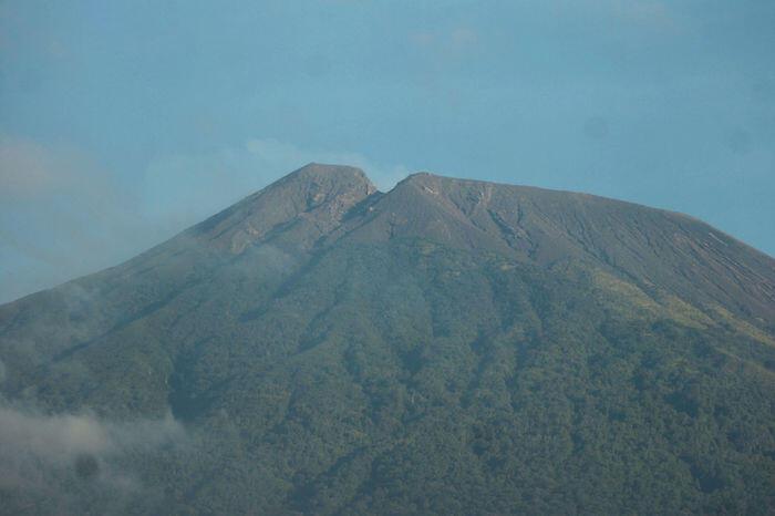 Status Gunung Slamet jadi waspada, radius aman 2 kilometer