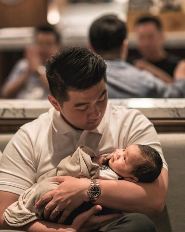 10 Potret Chef Arnold Saat Momong Anak Pertamanya, Kekar Tapi Unyu!