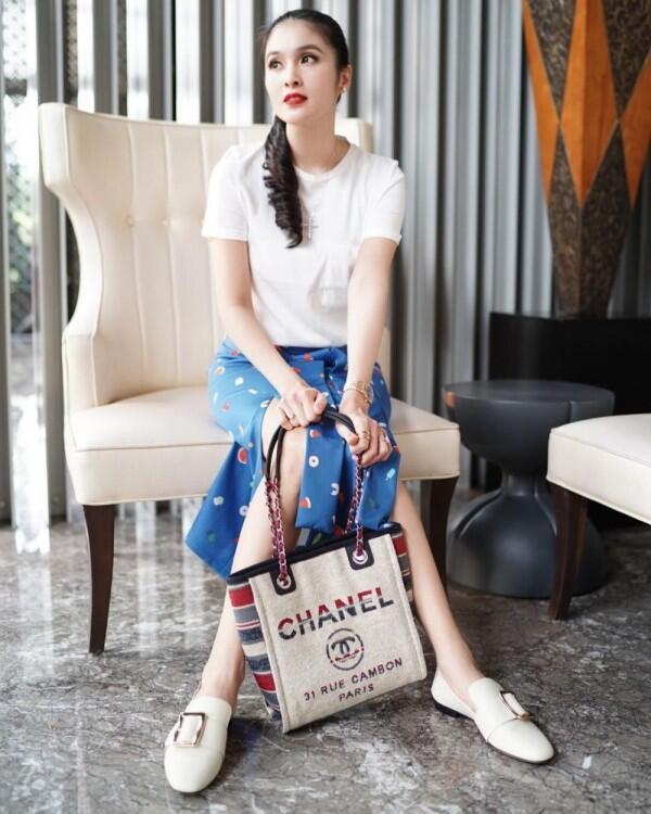 Anggun, Ini 10 Tips Mix & Match Rok Midi ala Sandra Dewi!