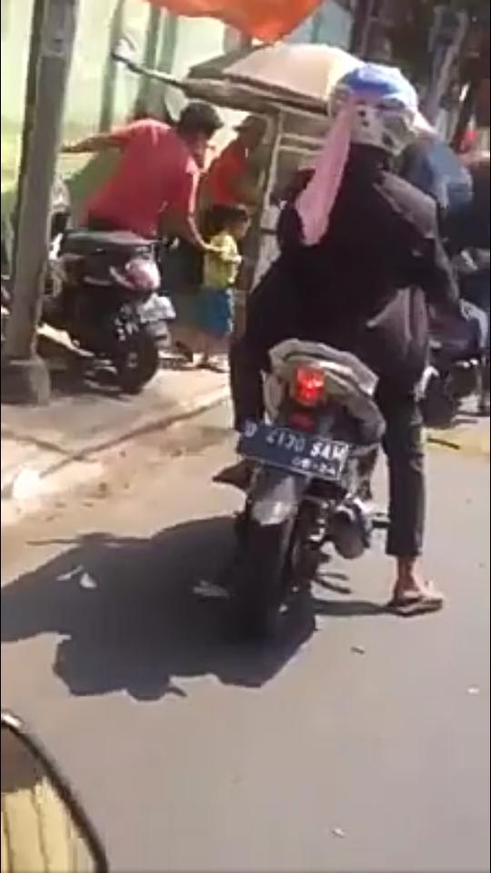 Viral Video Celana Dalam Diatas Helm Pengendara Motor, Bikin Ngakak Gan!