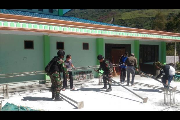 Pasukan TNI bersama Warga Berjibaku Bersihkan Masjid di Papua