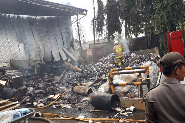 Warga Ungkap Sumber Api yang Hanguskan Gudang Plastik di Ciracas