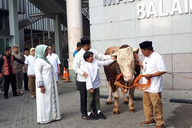Usai Salat Idul Adha di Balai Kota, Anies Serahkan Kurban Sapi Limosin 1,2 Ton