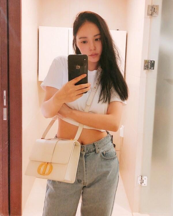 10 Potret Min Hyo Rin Selama Ditinggal Taeyang Wamil, Setia Menanti!