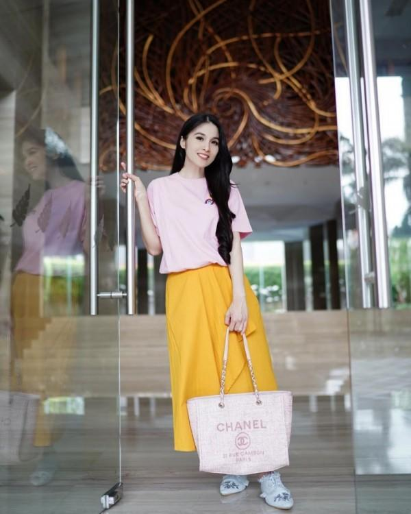 10 Ide Mix & Match Outfit Kuning ala Seleb Mom Indonesia, Cetar!