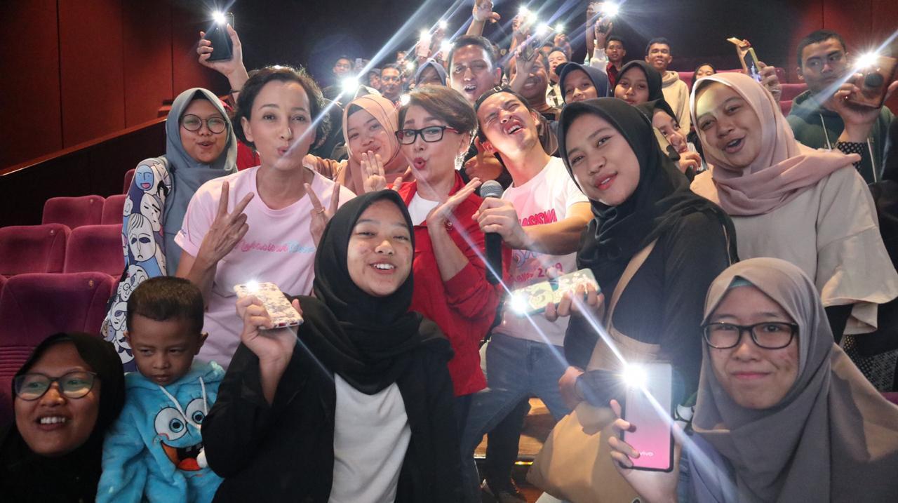 Mikha Tambayong Antusias Nobar 'Mahasiswi Baru', Gimana Keseruannya?