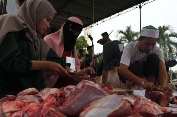 Warga Santap Kurban ACT di Halaman Masjid Raya Medan
