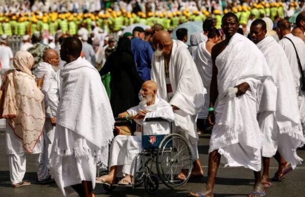 Cegah Dehidrasi, Jemaah Haji Diajak Minum Air Bersama di Arafah