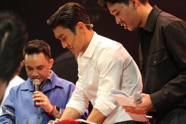 10 Potret Siwon Super Junior di Fanmeeting Pertamanya, Gagah Paripurna
