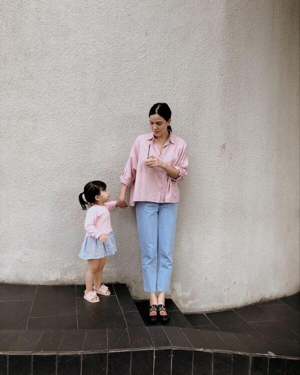 9 Gaya Outfit Senada ala Alice & Alita yang Bisa Jadi Inspirasi!