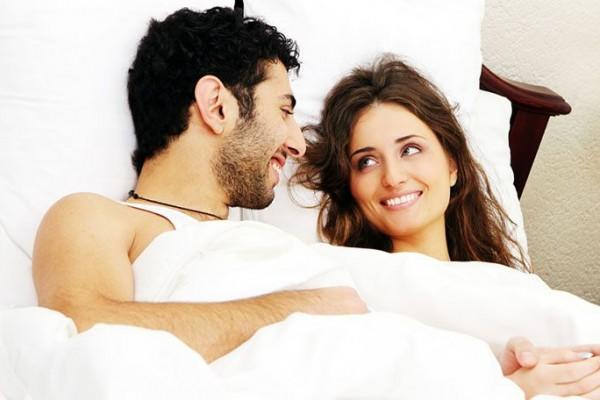 5 Manfaat Pillow Talk, Bikin Makin Erat Sama Pasangan