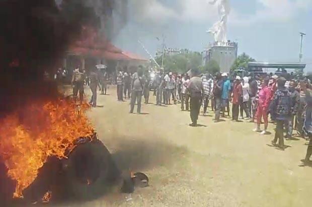 Pelantikan Bupati Terpilih Tak Pasti, Massa Demo Besar-besaran
