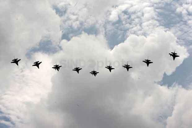 Pesawat Tempur F16 dan T50i Golden Eagle Seliwer di Langit Jakarta