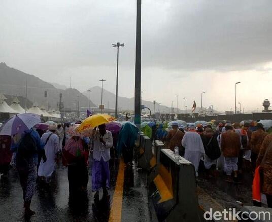 Arab Saudi Diterpa Badai Angin dan Hujan Lebat. Tanda Kiamat?