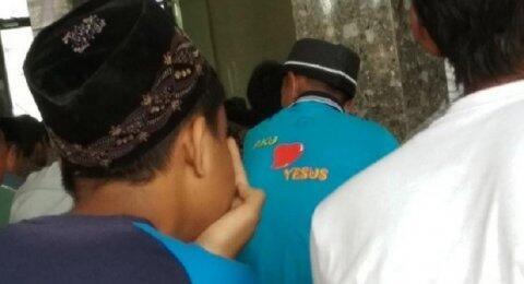 Viral Foto Jemaah Salat di Masjid Pakai Kaos I Love Yesus