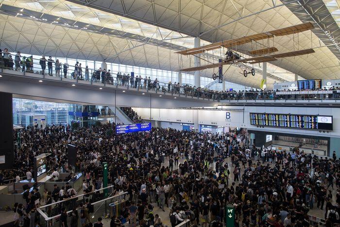 Demonstran lumpuhkan bandara Hong Kong, bagaimana nasib TKI?