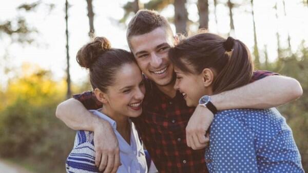 6 Tanda Nyata Si Dia Menaruh Hati pada Sahabat Dekatmu, Waspada!