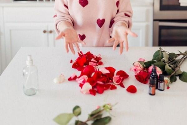 DIY Membuat Air Mawar Sendiri di Rumah, Alami tanpa Bahan Pengawet!