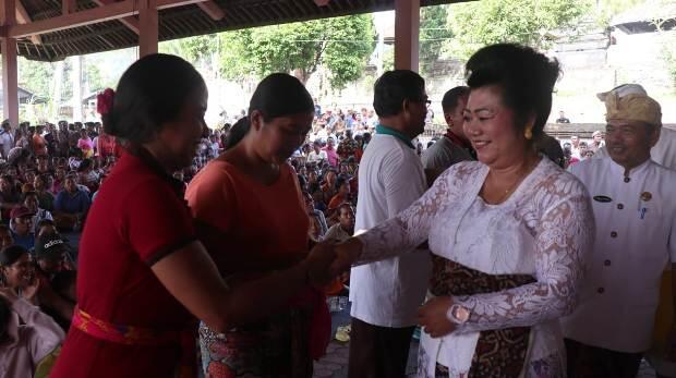 Bupati Mas Sumatri Serahkan Ribuan Kartu Karangasem Cerdas di Kecamatan Sidemen