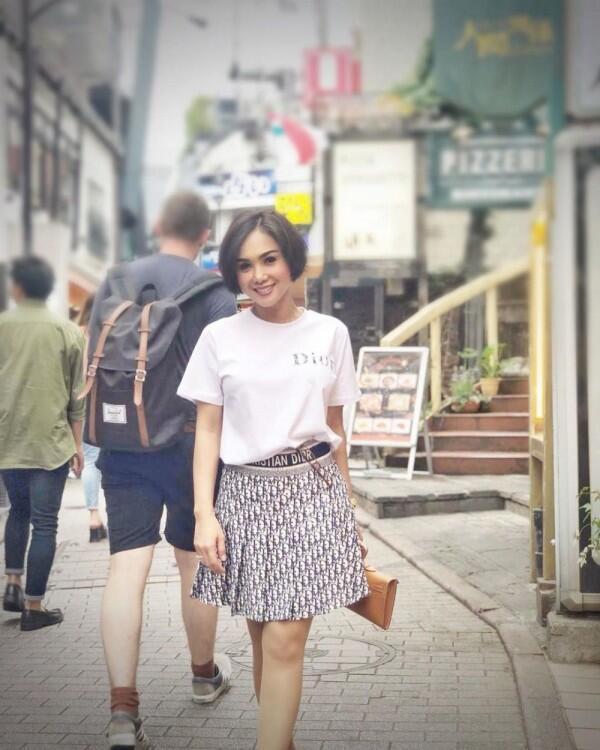 10 Potret Yuni Shara Bergaya Bak Remaja, Gak Kelihatan Sudah 47 Tahun