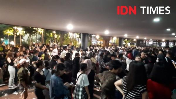 10 Potret Penonton Ricuh Akibat Konser LANY Hari Pertama Batal