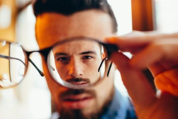 Ketahui 9 Tanda Sudah Waktunya Kamu Menggunakan Kacamata, Jangan Tunda