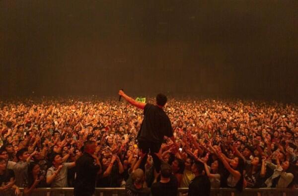 Sempat Batal, 10 Momen di Konser LANY yang Bikin Galau hingga Terharu
