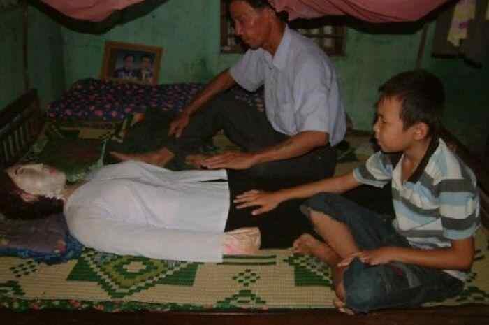 Tanpa Takut, Ayah dan Anak Ini Tidur Bersama Mayat Selama 5 Tahun