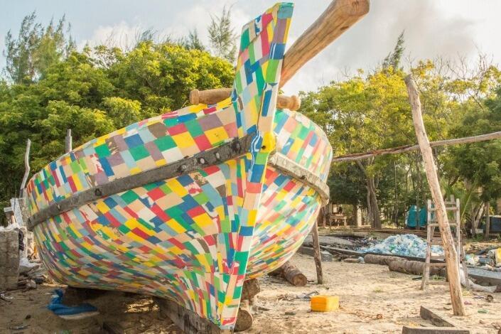 Gokil! Sendal Jepit Bekas Dijadikan Kapal di Negara ini!