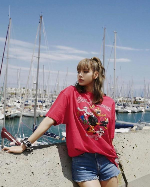 Makin Kece, 10 Gaya Kaos Oblong ala Lisa BLACKPINK yang Patut Dicoba!
