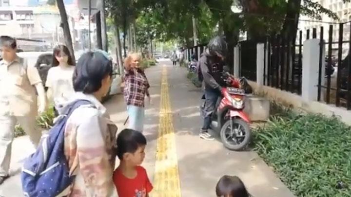 Beredar Video Pengendara Motor Serang Pejalan Kaki di Trotoar