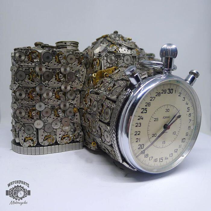 Seorang Kolektor Jam menyulap Arloji Rusaknya Menjadi Karya Seni yang Keren!