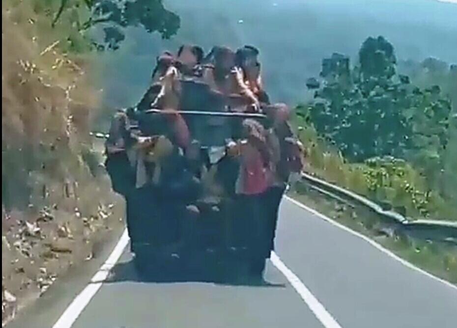 Viral Siswi Bergelantungan di Angkot Jalan Tepi Jurang, Ini Kuntilanak Apa Penumpang?