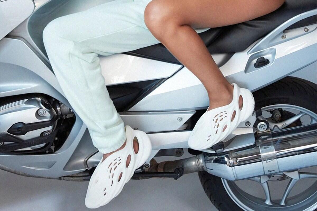 Desain Sepatu Baru Kanye West Emang Kocak, Tapi Jangan Ketawain Dulu Gan!