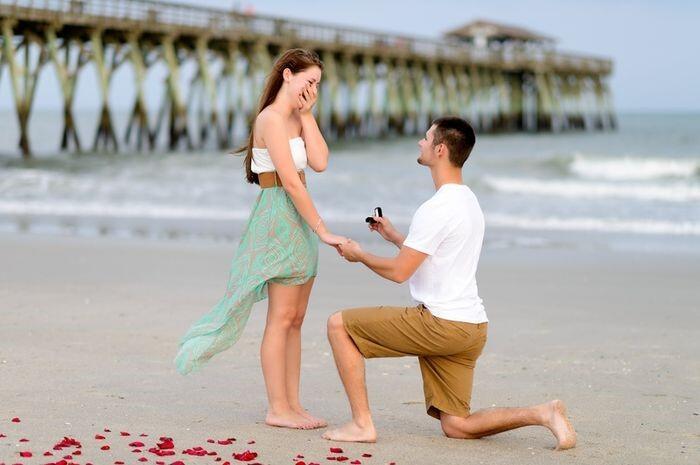 Alasan Di Balik Pria yang Berlutut Saat Melamar Kekasihnya!