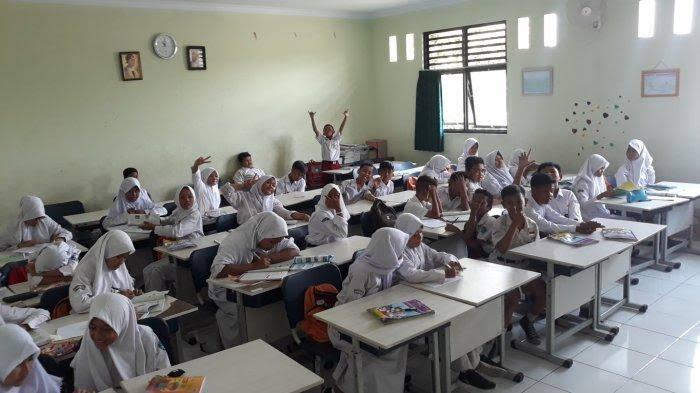 Viral,Para murid ini 2 tahun belajar tanpa meja dan kursi