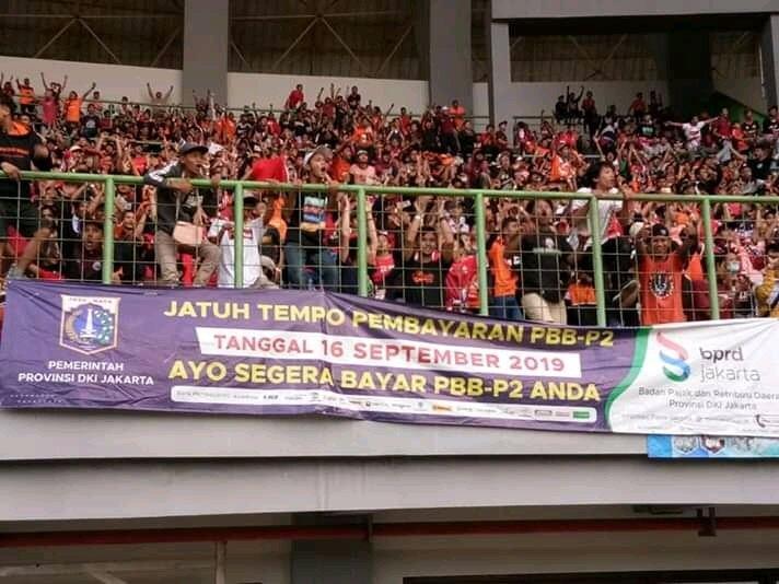 Viral Spanduk Nyeleneh Suporter Bola, Ada Yang Jual Rumah Hingga Tissue Magic!