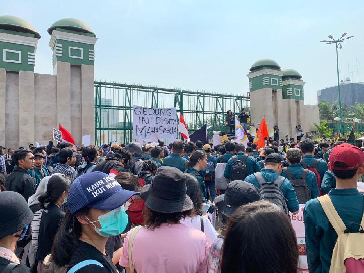 Kecewa UU KPK, Mahasiswa Sita Gedung DPR Pakai Poster
