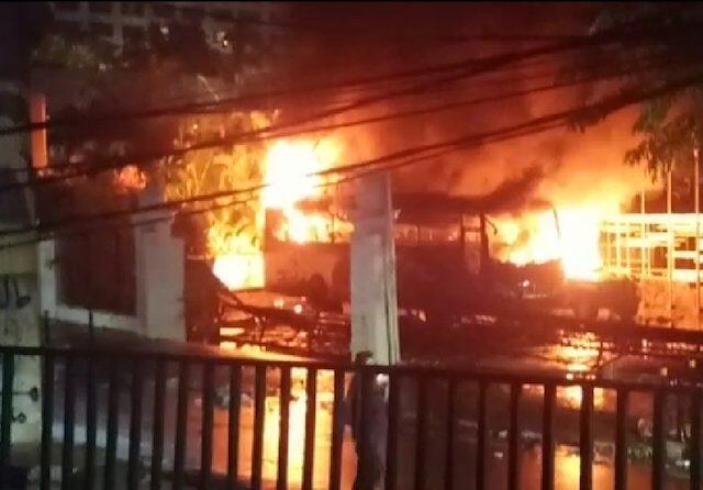 Bus dan Jeep TNI Dibakar, Saksi Mata Sebut Pelaku Bukan Mahasiswa