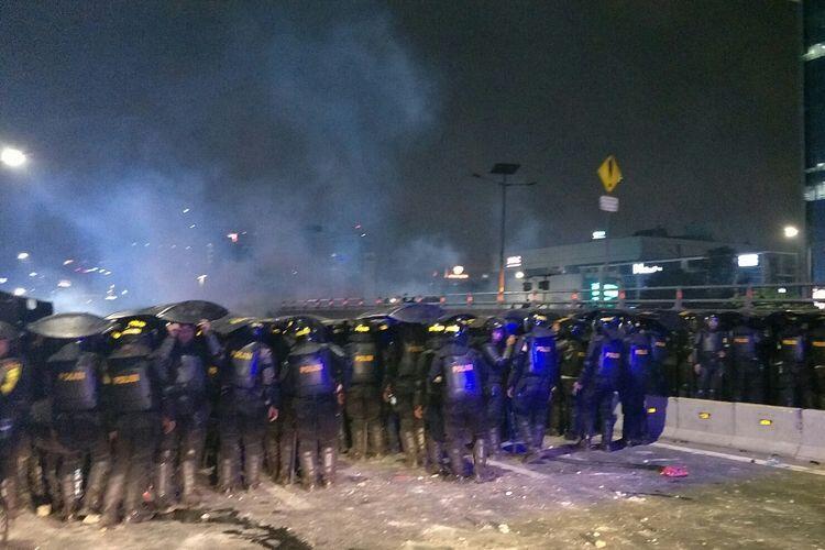 Bentrok Polisi Vs Pelajar Terus Terjadi di Atas dan Bawah Jembatan Slipi