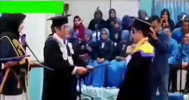 Mahasiswa Ini Santuy Goyang 'Entah Apa Yang Merasukimu' Saat Wisuda Di Depan Rektor