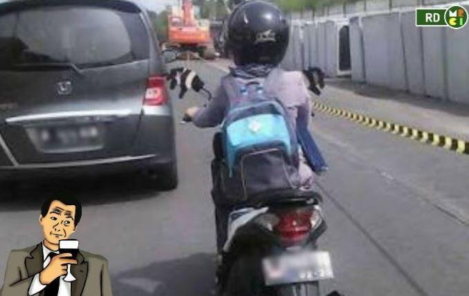 Anjay! 7 Gaya Cewek Indonesia Ketika Bermotor Ini Bikin Ngakak Abis