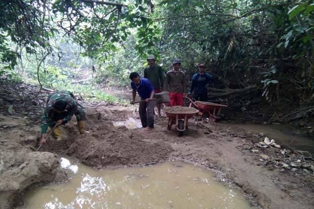 Kesulitan Material di Lokasi TMMD, TNI dan Warga Cari Pasir Bersama